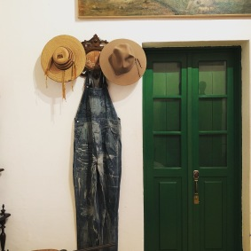 Diego'nun tulumu ve şapkası. Frida'nın yasak aşkı Troçki, Stalin tarafından sürüldüğünde bu odada kalmış.